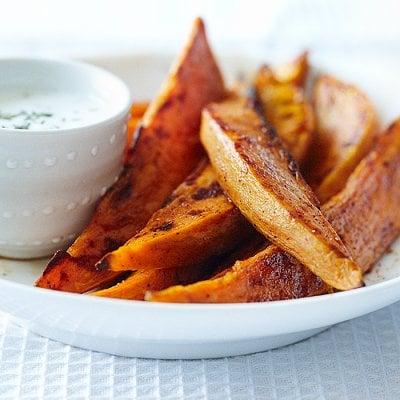Frites de patates douces, trempette de yogourt aux herbes