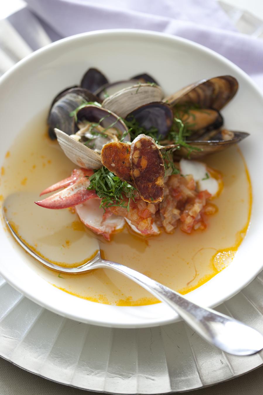 Bouillabaisse de palourdes, moules et homard