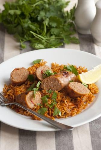 Plat de saucisses, légumes et riz