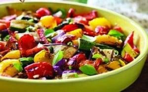 Salade de tomates et légumes grillés et olives