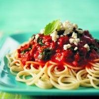 Spaghetti aux câpres, olives, tomates et piment