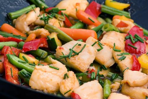Wok de poisson et de petits légumes