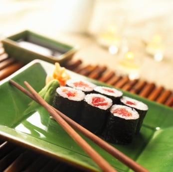 Thon poché au saké sur rouleaux de nori