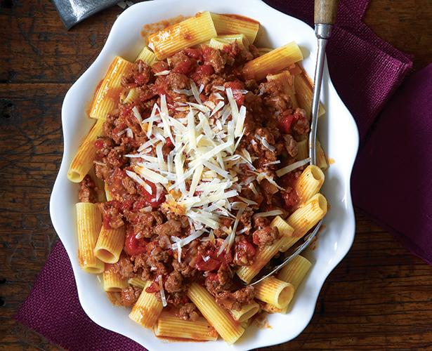Rigatoni et ragoût de saucisses et de tomates