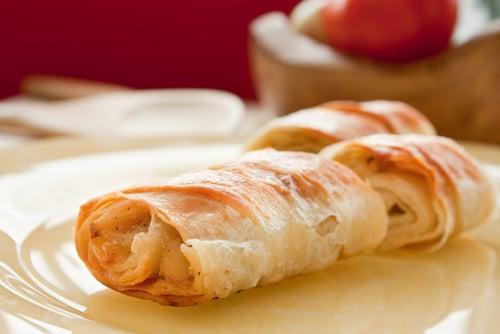 Roulés de saumon en pâte phyllo avec sauce au yogourt