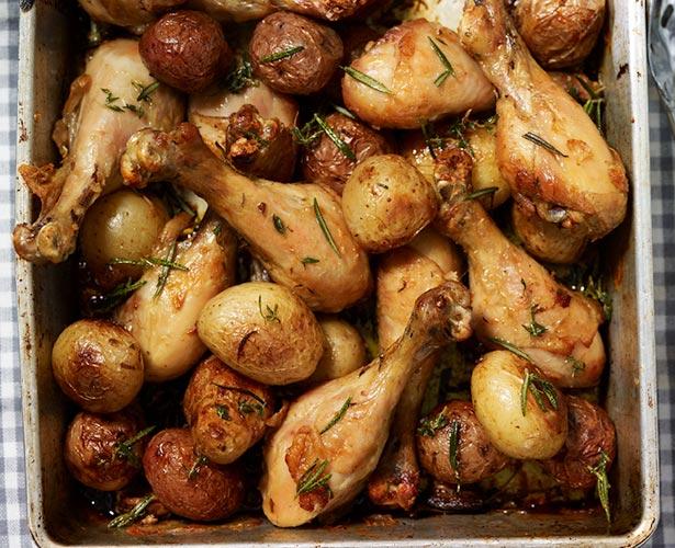Casserole de pilons de poulet et de pommes de terre à l'ail et au romarin