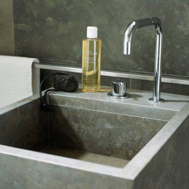 Tendance salle de bain: la pierre et le béton durent
