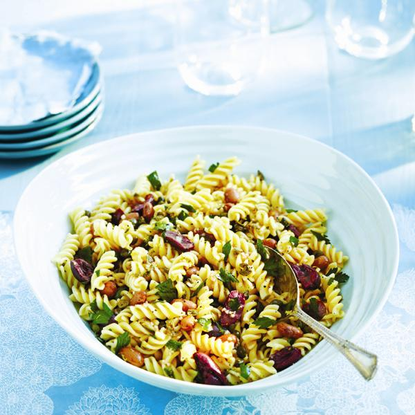 Olives, haricots, persil, câpres... Version végétalienne et raffinée de la salade de pâtes estivale.