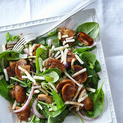 Salade chaude de champignons portobello et d'oignons