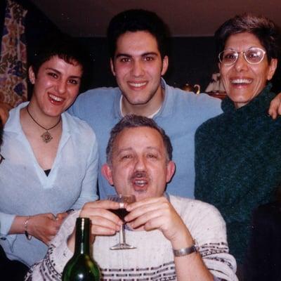 Toute la famille dans l'appartement parisien, en 1999: Djemila, Salim, Kety, sa mère, et Fewzi, son père. Photo: Collection personnelle
