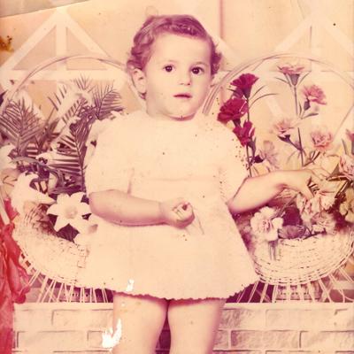 À Chypre, Djemila a 2 ans. Elle vit chez ses grands-parents maternels, pendant que  sa mère termine ses études à Moscou et que son père fait son service militaire en Algérie. Photo: Collection personnelle