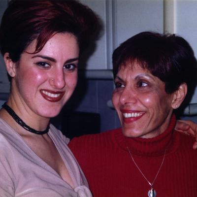 Avec sa mère, à 25 ans, à Paris, où a fui la famille en 1994. Photo: Collection personnelle