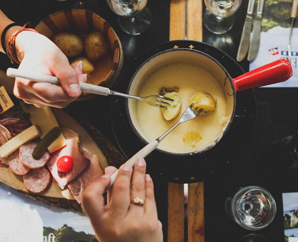 Fondue maison aux fromages et à l'ail grillé
