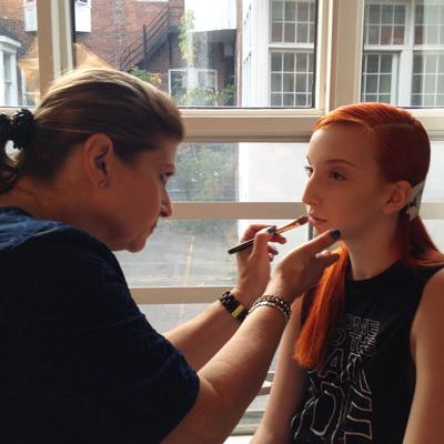L'artiste maquilleuse Genevieve Meneyan en pleine action!