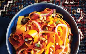 Salade de rubans de carotte aux pignons