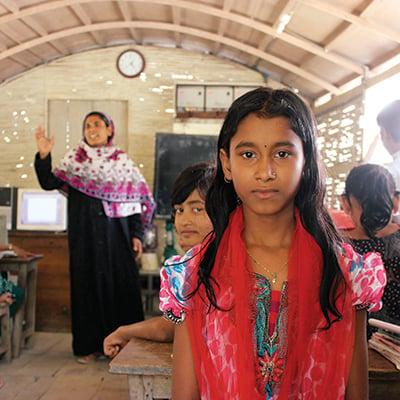 Mita Khatun, 10ans. Elle veut devenir policière. À l'arrière-plan: sa mère, Raosonara Parveen, quiest enseignante. Photo: Colleen Kimmett