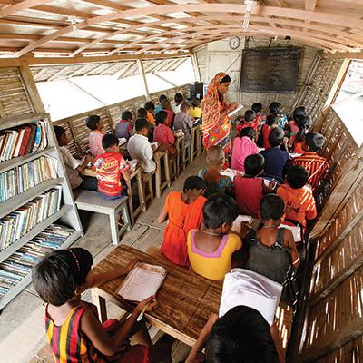 Chaque jour, les bateaux  accueillent quatre groupes d'une trentaine d'élèves chacun. La majorité sont des filles. Photo : Abir Abdullah/Shidhulai Swanirvar Sangstha