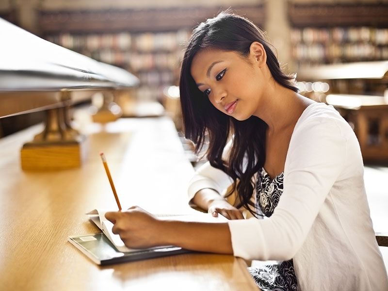 Etudiante-Bibliotherque
