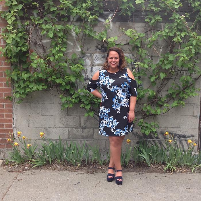 Joanie Pietracupa porte une robe fleurie