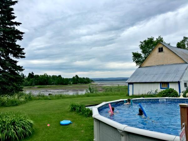 Vacances-sans-filtre-Gaspésie-piscine-enfants