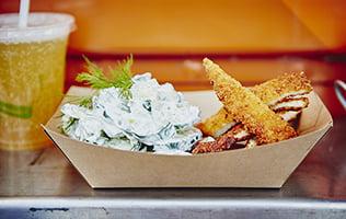 Schnitzels de poulet et salade de concombre allemande de Schnitzel Truck