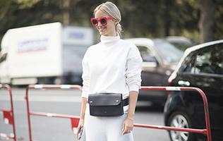 Jeune femme portant un sac-ceinture et une paire de solaires rouges