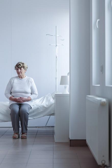 Femme sur un lit d'hôpital