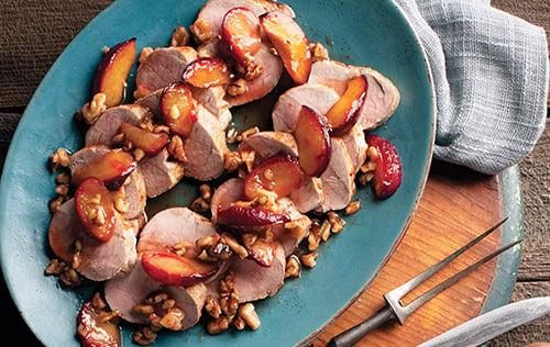 Filets de porc rôtis, garniture de prunes à la cannelle