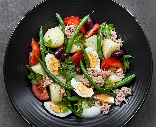 Salade niçoise avec pousses