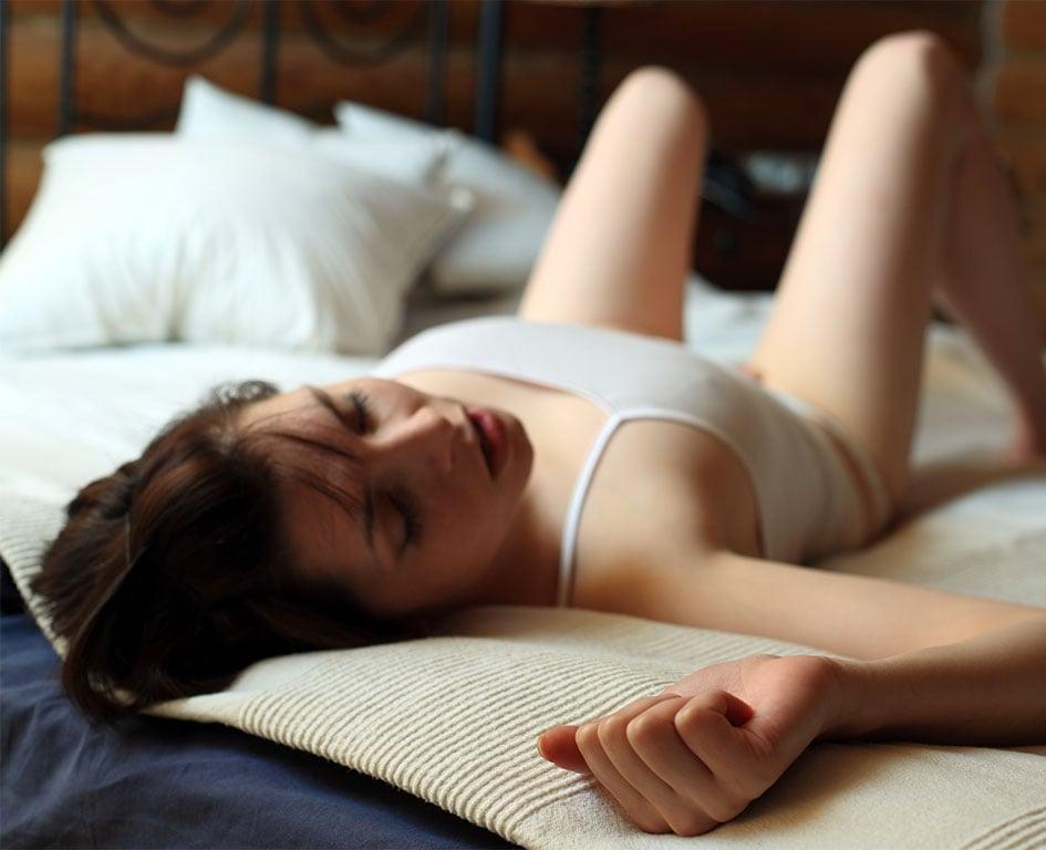 Оргазм девушки до слез, смотреть как трахаются лесбиянки и дрочат киску