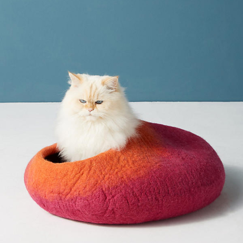 """<p>Cocon pour chat en laine, <a href=""""https://www.anthropologie.com/fr-ca/shop/wool-cat-cocoon?category=SEARCHRESULTS&color=066"""" target=""""_blank"""">Anthropologie</a>, 66 $</p>"""