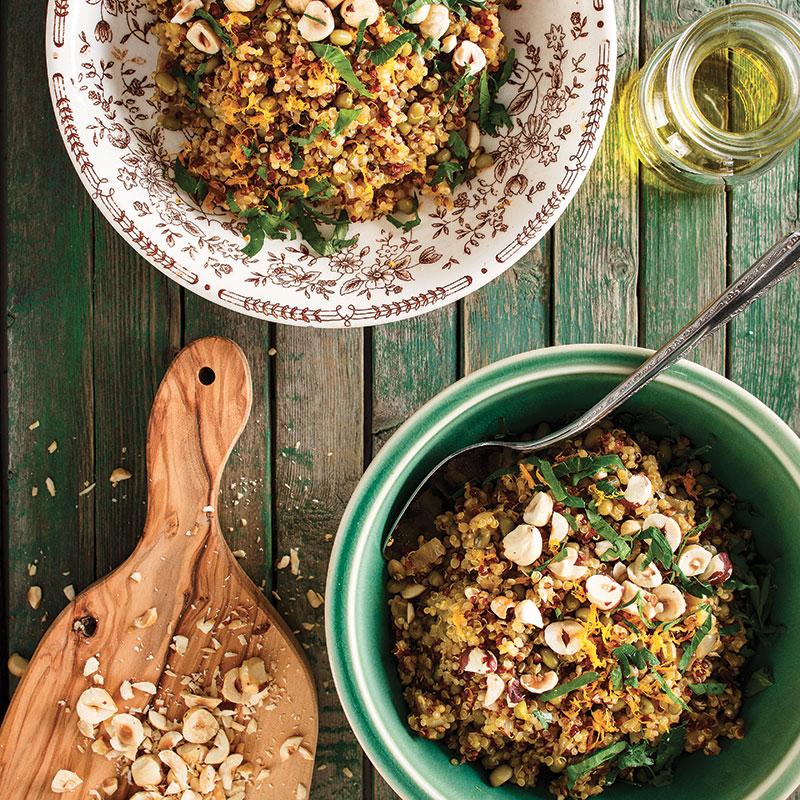 Salade de quinoa aux haricots mungo et aux noisettes grillées