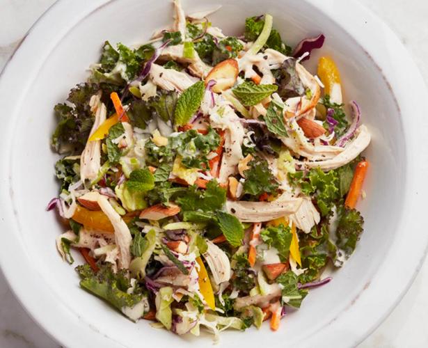 Salade multicolore au poulet et à la noix de coco
