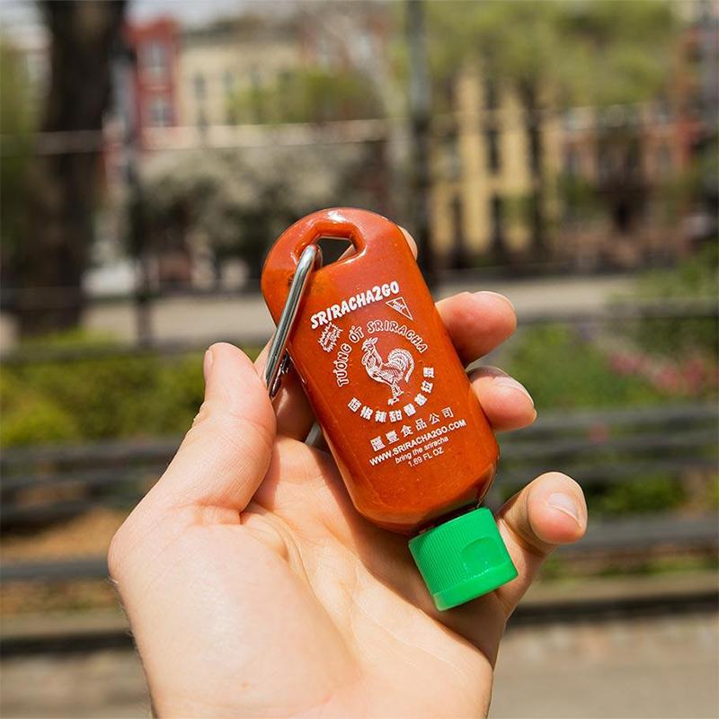 "<p>Mini-bouteille de sauce piquante sriracha en porte-clé, <a href=""https://sriracha2go.com/collections/all-products/products/sriracha-keychain-combo-pack"" target=""_blank"" rel=""noopener"">Sriracha2Go</a>, 11,00 $US</p>"