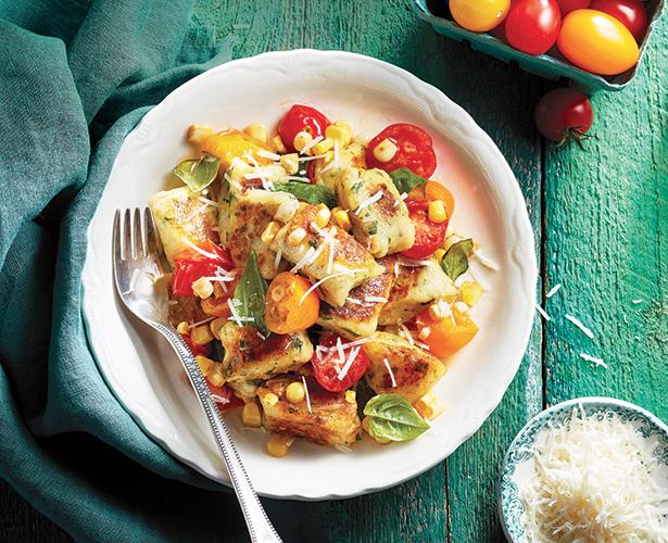 Gnocchis à la ricotta et salade chaude de tomates et de maïs