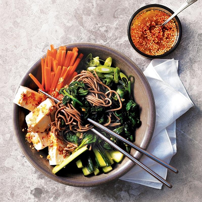 Salade composée de tofu et légumes à l'asiatique