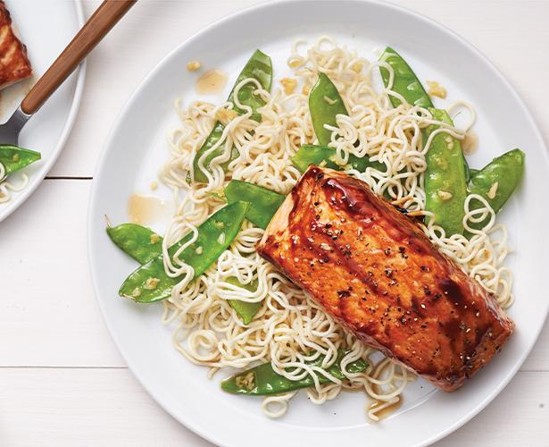 Filets de saumon laqués sur nouilles ramens