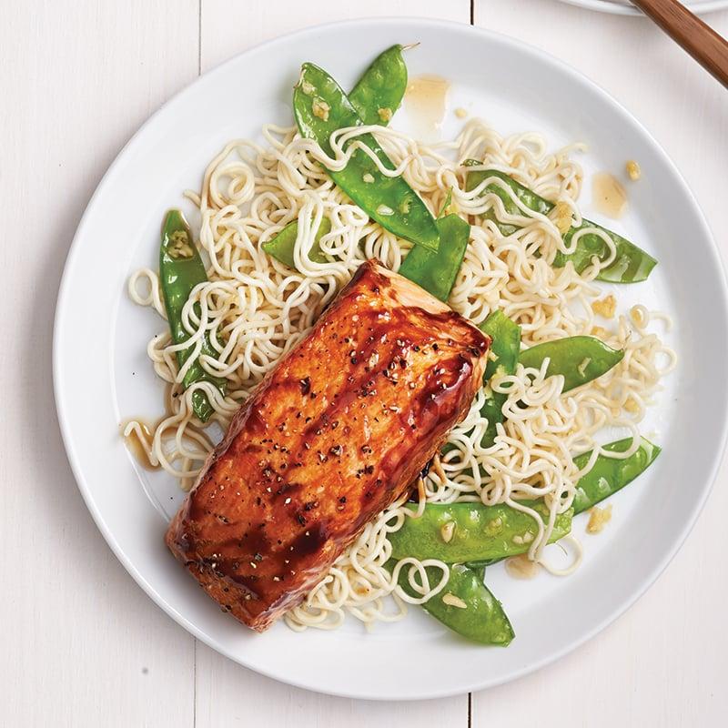 Filets de saumon laqués sur nouilles ramen