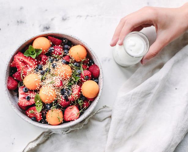 Bol de fruits frais de saison, quinoa et sauce au yogourt à la menthe