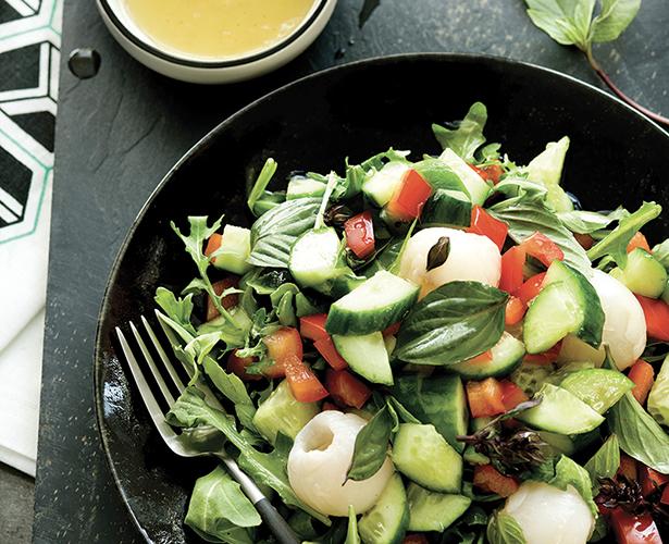 Salade de litchis et de concombres, vinaigrette à la lime et au basilic thaï