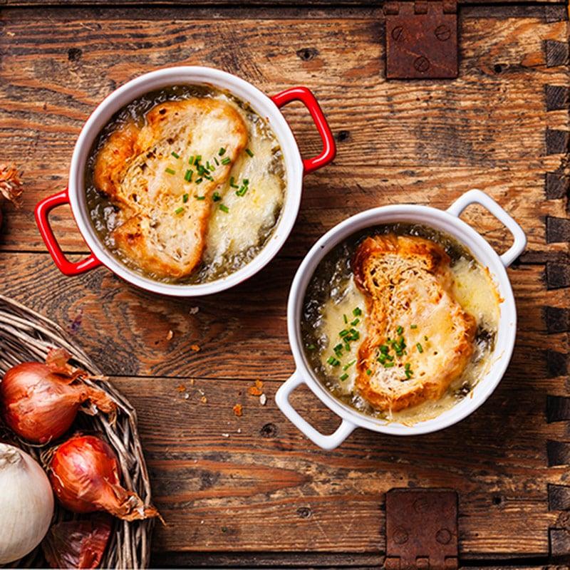 Soupe à l'oignon et aux pommes avec croûtons gratinés