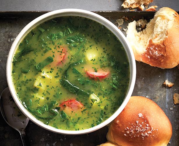 Soupe portugaise au chou frisé et aux pommes de terre (caldo verde)