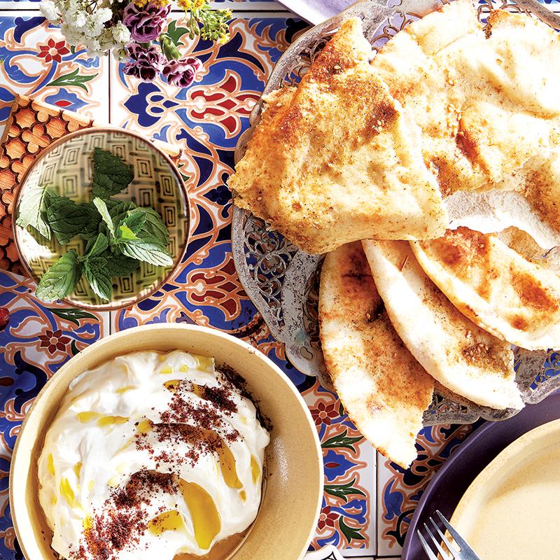 Croustilles de pitas au zaatar et trempette au yogourt