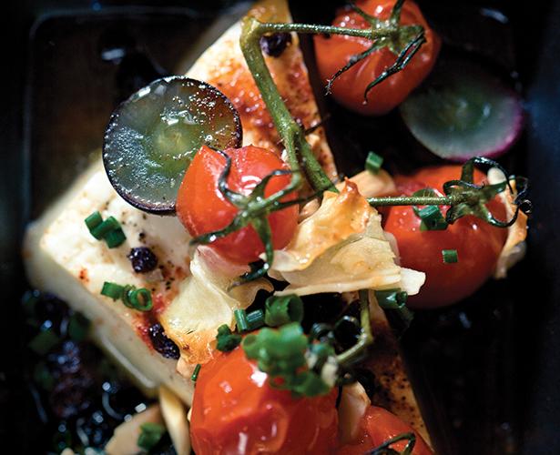 Feta chaud aux raisins, aux tomates grillées et aux amandes