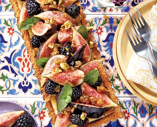Tarte aux figues, aux mûres et au miel, pralin de pistaches