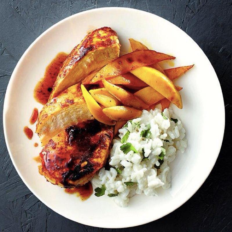 Poitrines de poulet au cari et à la mangue