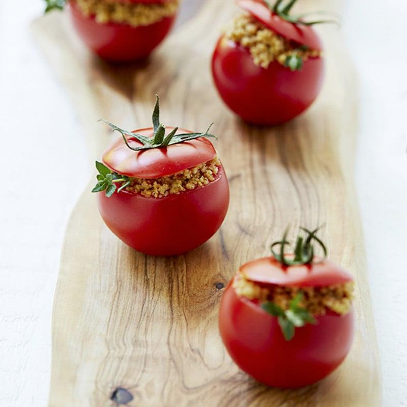 Tomates farcies aux pois chiches parfumés au cari