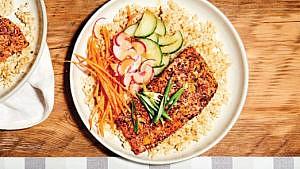 Bols de riz, légumes et saumon cuit au togarashi