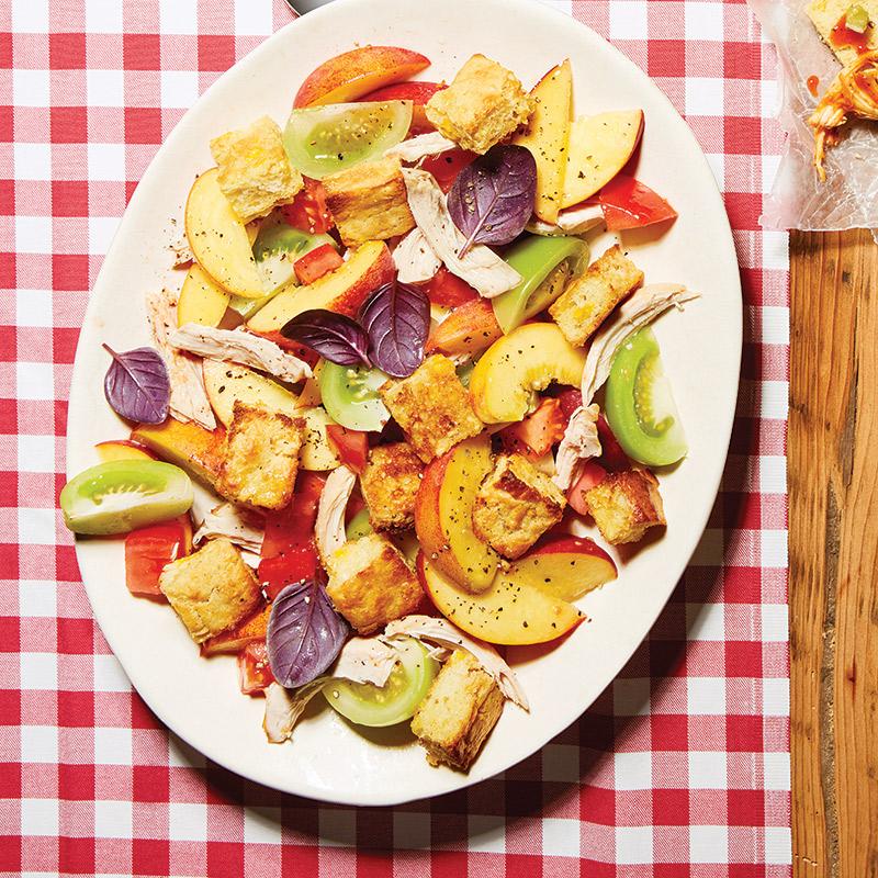 Salade panzanella au poulet, pêches, tomates et croûtons de maïs