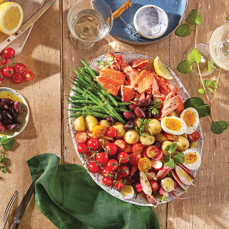 Salade niçoise avec saumon grillé